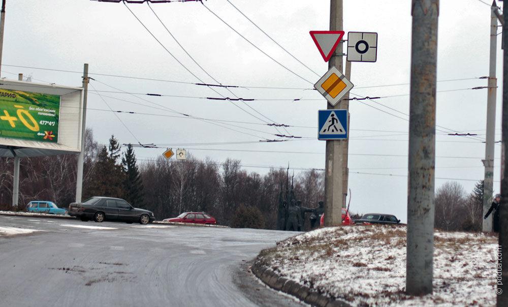 направление главной дороги под знаком
